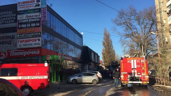 В Ростове на Западном сгорел табачный магазин