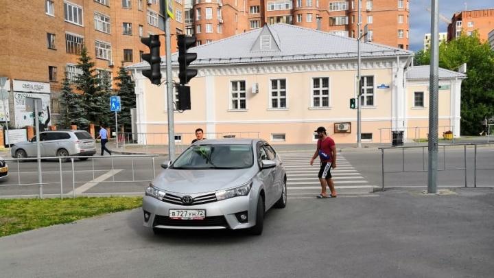 «Я паркуюсь, как...»: предупреждающие записки под «дворниками» и автохамы на тротуаре по Свердлова