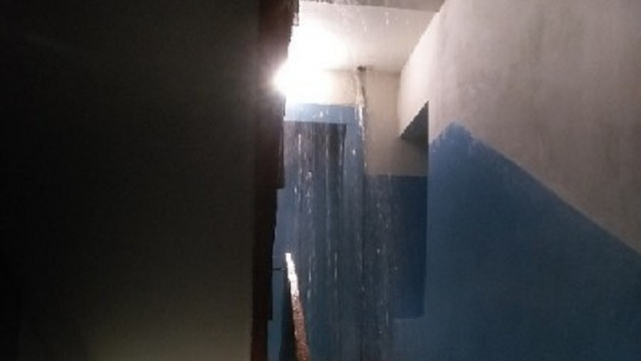 На Олимпийской подъезд дома залило горячей водой из-за прорыва трубы