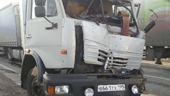 В Самарской области водителя фуры зажало в кабине после ДТП с 4 грузовиками