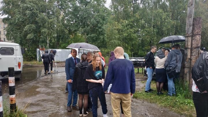 «Час стоят под дождем»: в Архангельске эвакуировали политехнический техникум из-за сообщения о бомбе