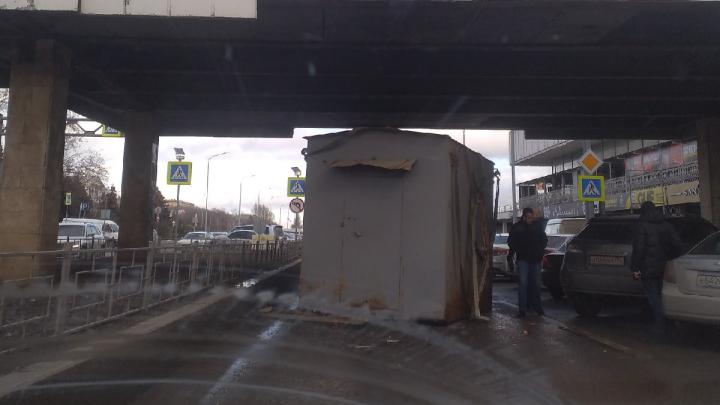 «Влетел в несчастный мост на полном ходу»: водитель КАМАЗа остановил движение на Нулевой Продольной