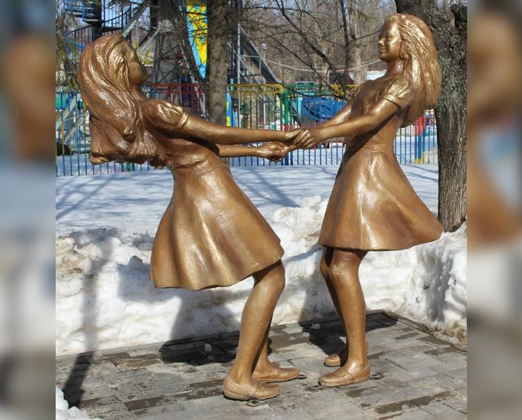 Девочки застыли в танце