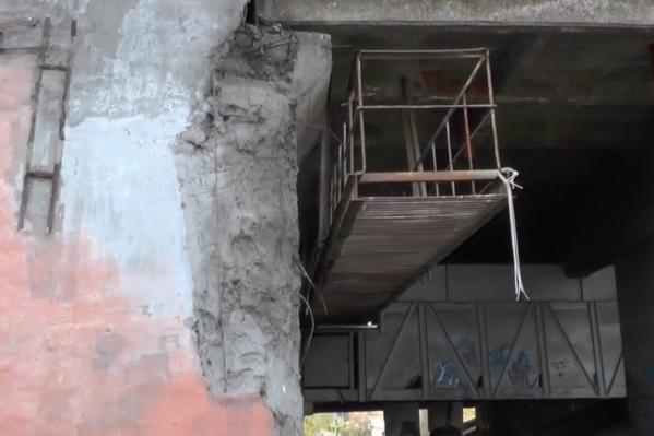 В своём видеоролике ФАР показала многочисленные повреждения, которые не исправили, а также места, где ремонт был проведен, но конструкции уже износились