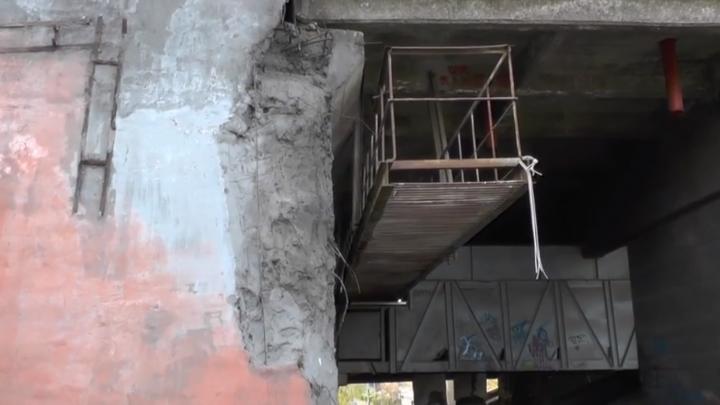 «Капремонта не было»: чиновники ответили на претензии об огрехах после ремонта на Коммунальном мосту