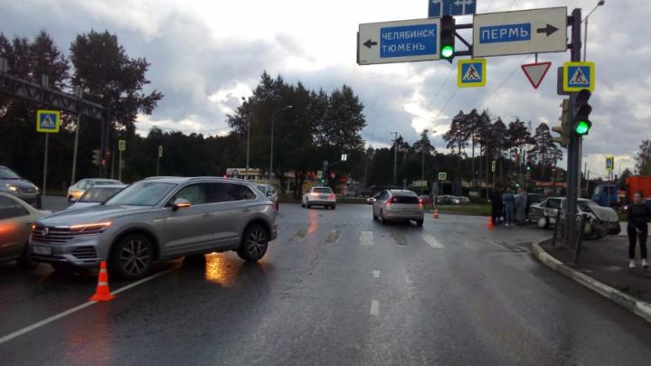 Volkswagen повернул в запрещенном месте: появилось видео жесткой аварии у «Меги»