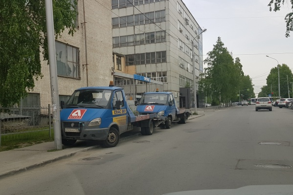 В службе эвакуации «Ареал» утверждают, что машины припарковались правильно, поскольку рядом есть заезд на территорию административного здания