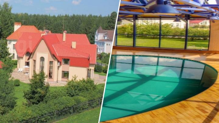 Как в голливудских фильмах: в Екатеринбурге продают роскошный коттедж с крытым бассейном