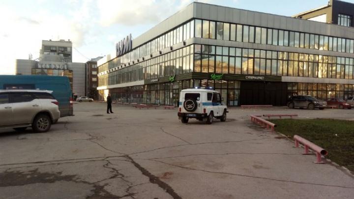 Из здания ЦУМа вывели людей: приехали полиция и скорая помощь