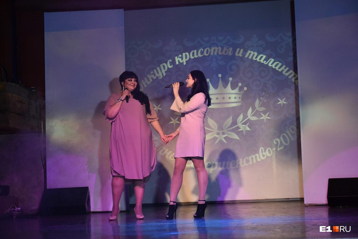 Конкурсантки пели и танцевали