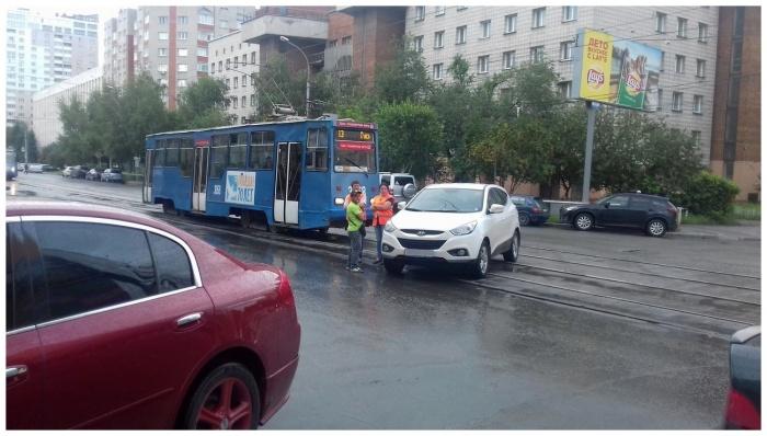 «Я паркуюсь как чудак»: джип на путях —и пусть весь мир подождёт (фото)