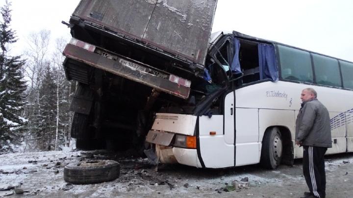 «Спасибо водителю автобуса, что принял удар на себя». Тренер юных спортсменов высказался о ДТП