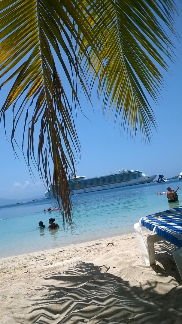 Пляж в Гаити. Когда корабль стоит в порту, отдохнуть можно и с таким видом