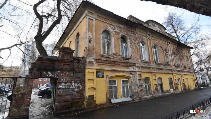 «Я живу в памятнике»: как выглядит внутри купеческий особняк на Попова, поделенный на 40 квартир