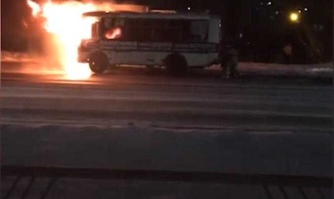 «Горела вся кабина»: утром на Московском проспекте полыхал рейсовый автобус