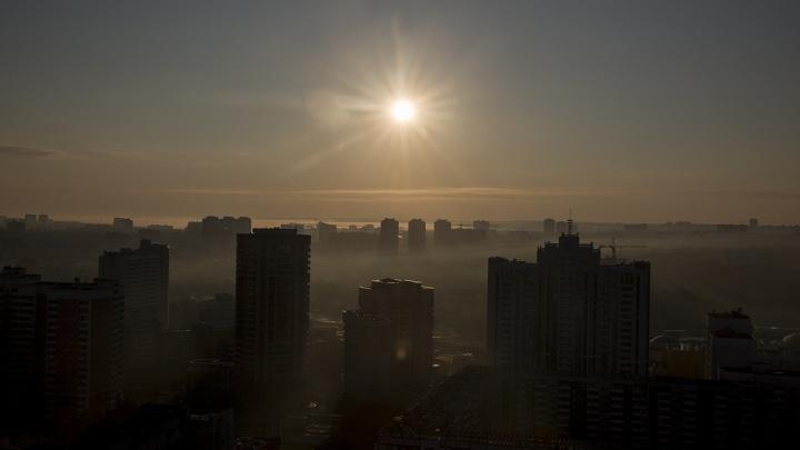 Новосибирск заволокло дымкой с запахом гари