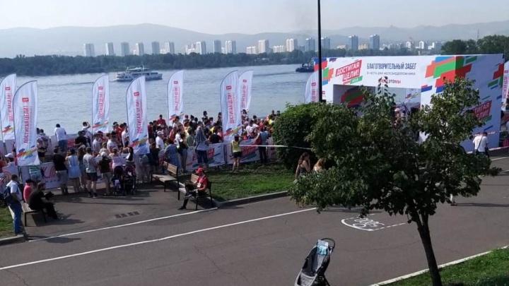 Полторы тысячи красноярцев пришли на забег по набережной ради благотворительности