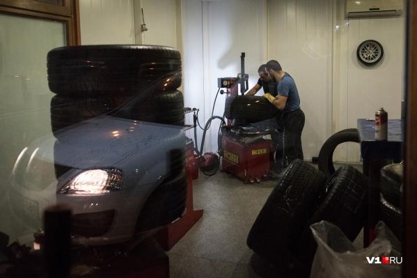 Настоящий ажиотаж начнется после первого снегопада, уверены шиномонтажники