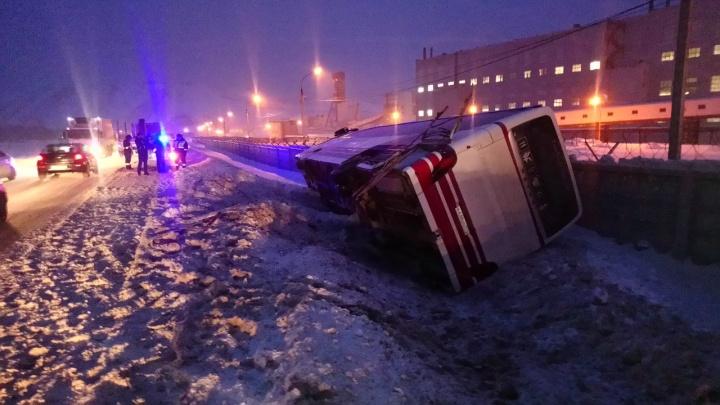 В Соликамске рейсовый автобус столкнулся с иномаркой и улетел в кювет: пострадал один человек