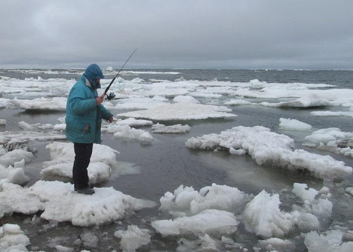 На самом деле это летняя рыбалка, просто вокруг лёд