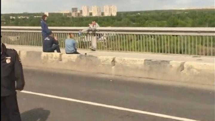«Он искусал губы в кровь и не подпускал к себе никого»: спасатель, снявший с Профсоюзного моста мужчину, рассказал, как всё было