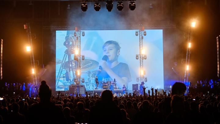 Школьник поднялся на сцену на концерте Limp Bizkit в Екатеринбурге и зажег вместе с рокерами: видео