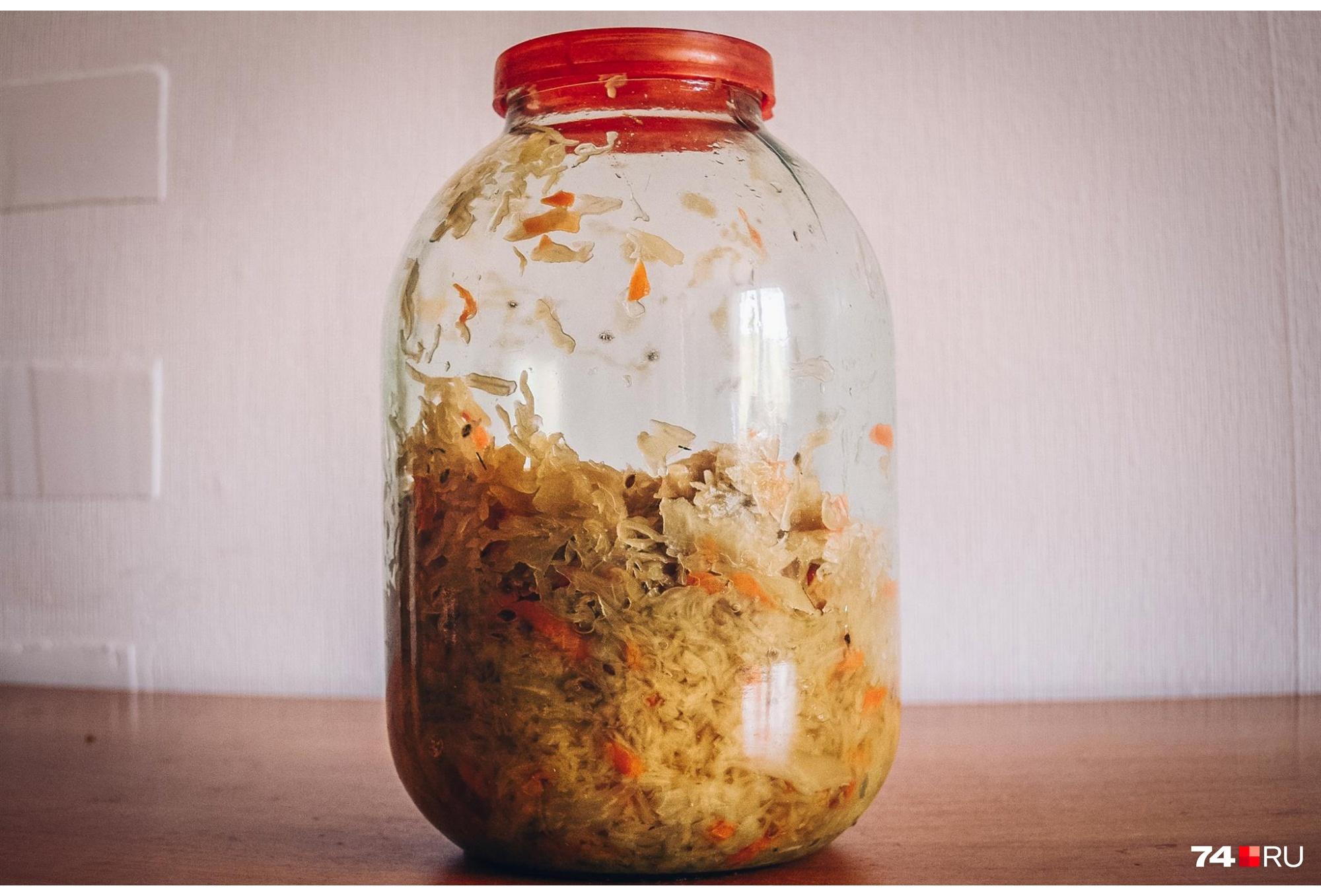 Совет от кулинаров: пока капуста квасится, продавливайте или протыкайте ее до самого дна банки, чтобы выдавить лишние газы