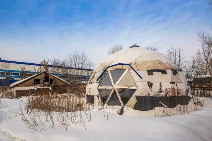 Жильцы круглого дома в Новосибирске говорят, что в таких зданиях особенная энергетика