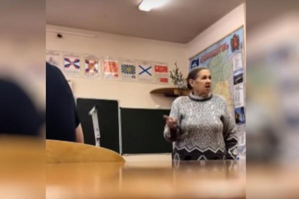 Учительница отчитывает учеников 10А в школе посёлка Таёжный