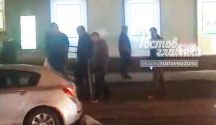 Били толпой: в центре Ростова напали на прохожего