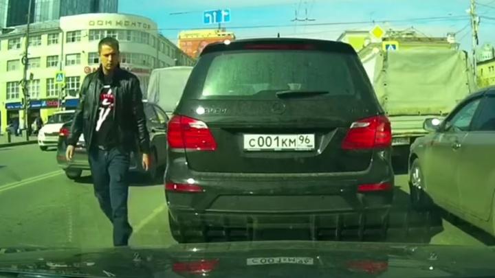 В центре Екатеринбурга оскорблённый водитель Mercedes устроил разборки