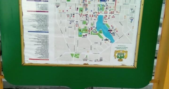 На центральной улице Екатеринбурга карту города повесили вверх ногами