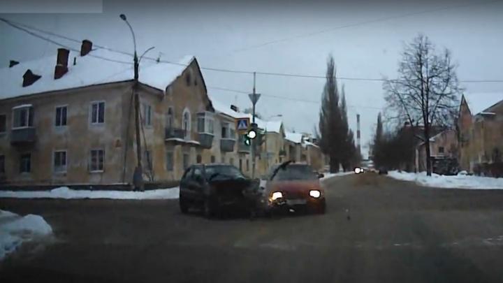 Пластик разлетался на несколько метров: в Ярославской области женщины за рулём не поделили дорогу