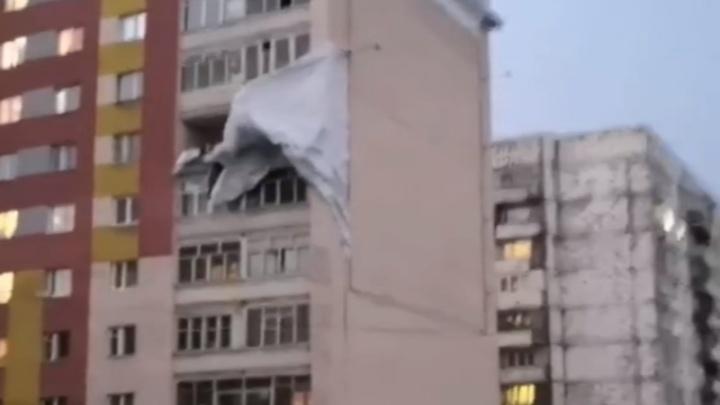 Ураганный ветер обрушился на Норильск и устроил погром в городе Показываем последствия