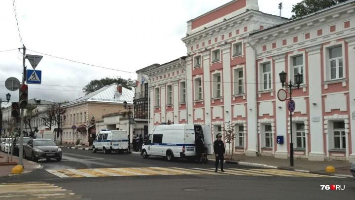 У здания правительства и мэрии вооружённая полиция в касках: что случилось
