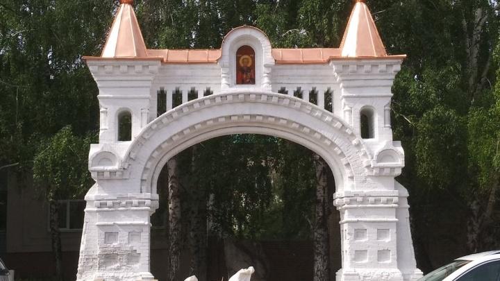 На улице Осипенко отреставрировали монастырские ворота