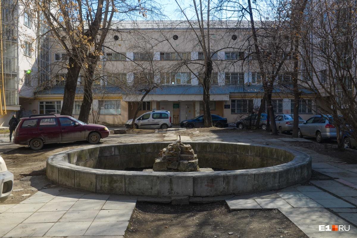 Парадный двор со стороны Ленина. За фонтаном — обобществленный корпус, где сейчас находится поликлиника