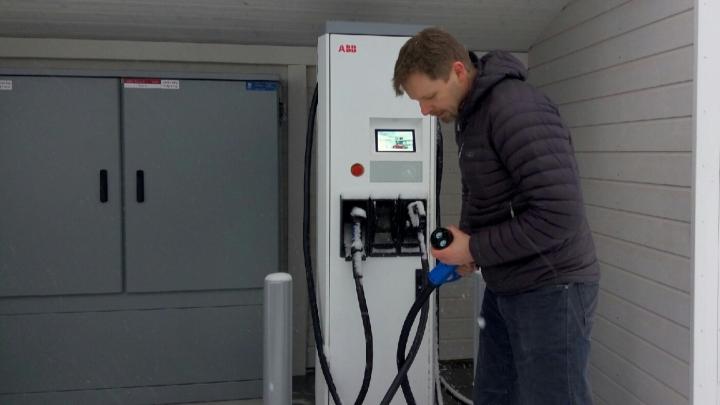 «Даже Илону Маску в твиттер писали»: в Архангельске откроют две зарядные станции для электромобилей