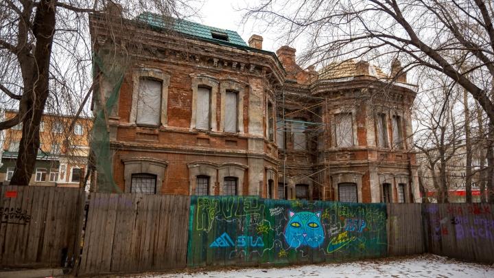Возле ЦУМа начали восстанавливать заброшенный детсад-«замок»