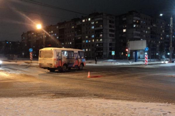 Пожилая женщина скончалась на месте после столкновения с автобусом. Один из очевидцев аварии рассказывал анонимно 29.RU, что водитель ехал на зеленый