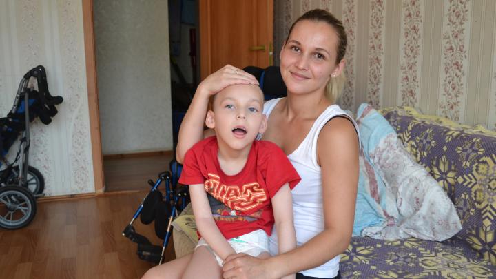 «Рада, что он такой»: мама сына с ДЦП — о поисках лекарств, ошибках врачей и предстоящих операциях
