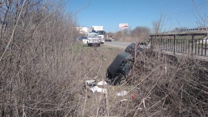 Наехал на кочку: в Батайске легковой автомобиль вылетел с моста в кювет