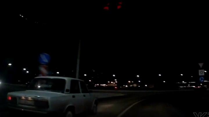 Неадекватный водитель ВАЗа решил срезать путь и объехал разделитель по встречной полосе