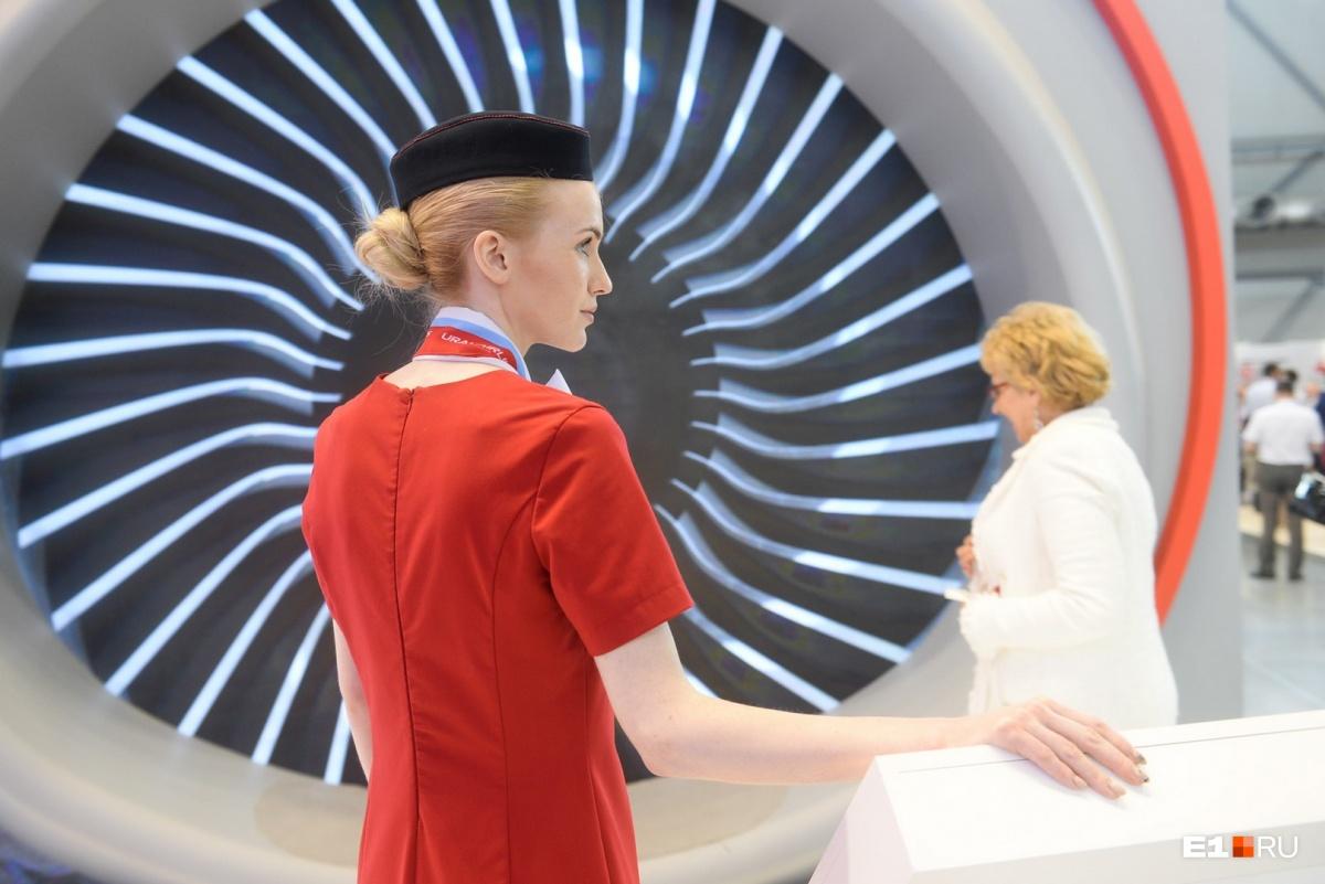 На стенде «Уральских авиалиний» обычно работают настоящие стюардессы
