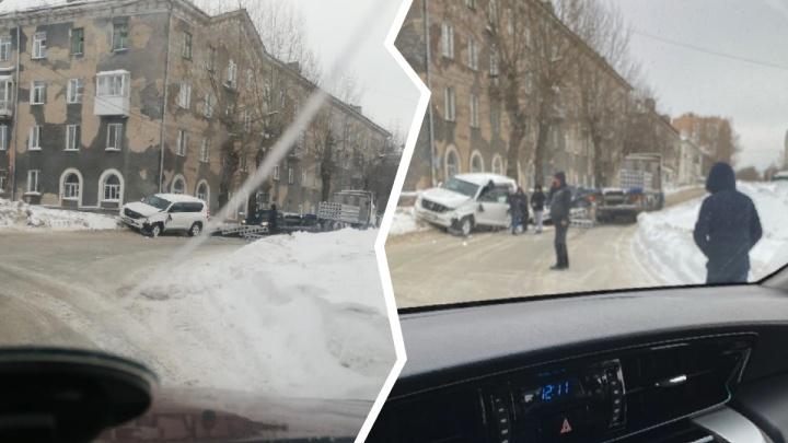 В Новосибирске бетонные плиты упалис грузовика на внедорожник — один человек в больнице