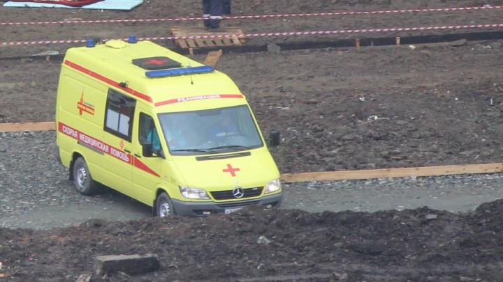 """""""Каска и лужа крови"""": на Академика Сахарова рабочего убило упавшим строительным мусором"""