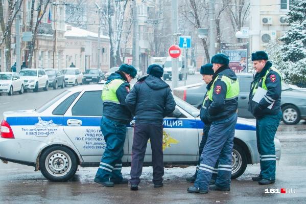 Сотрудники полиции работают на месте аварии
