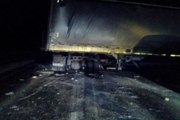 Два тяжелых грузовика на ночной трассе столкнулись лоб в лоб