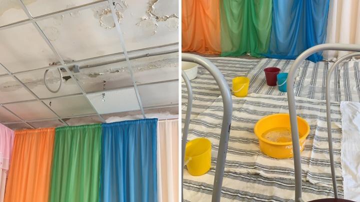 В антипинском детсаду №155 дети провели утренник под шум капели с протекающей крыши
