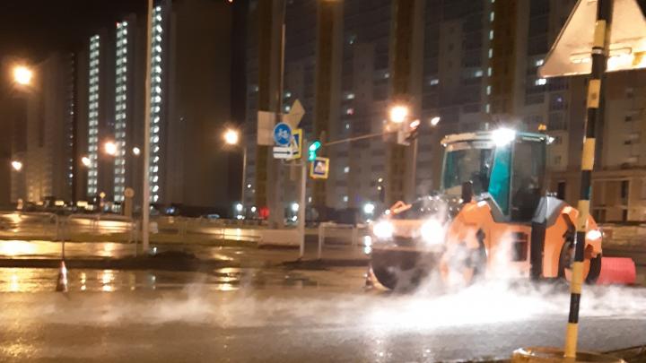 «Разработали новый вид асфальта?»: челябинцев возмутили дорожные работы под дождём